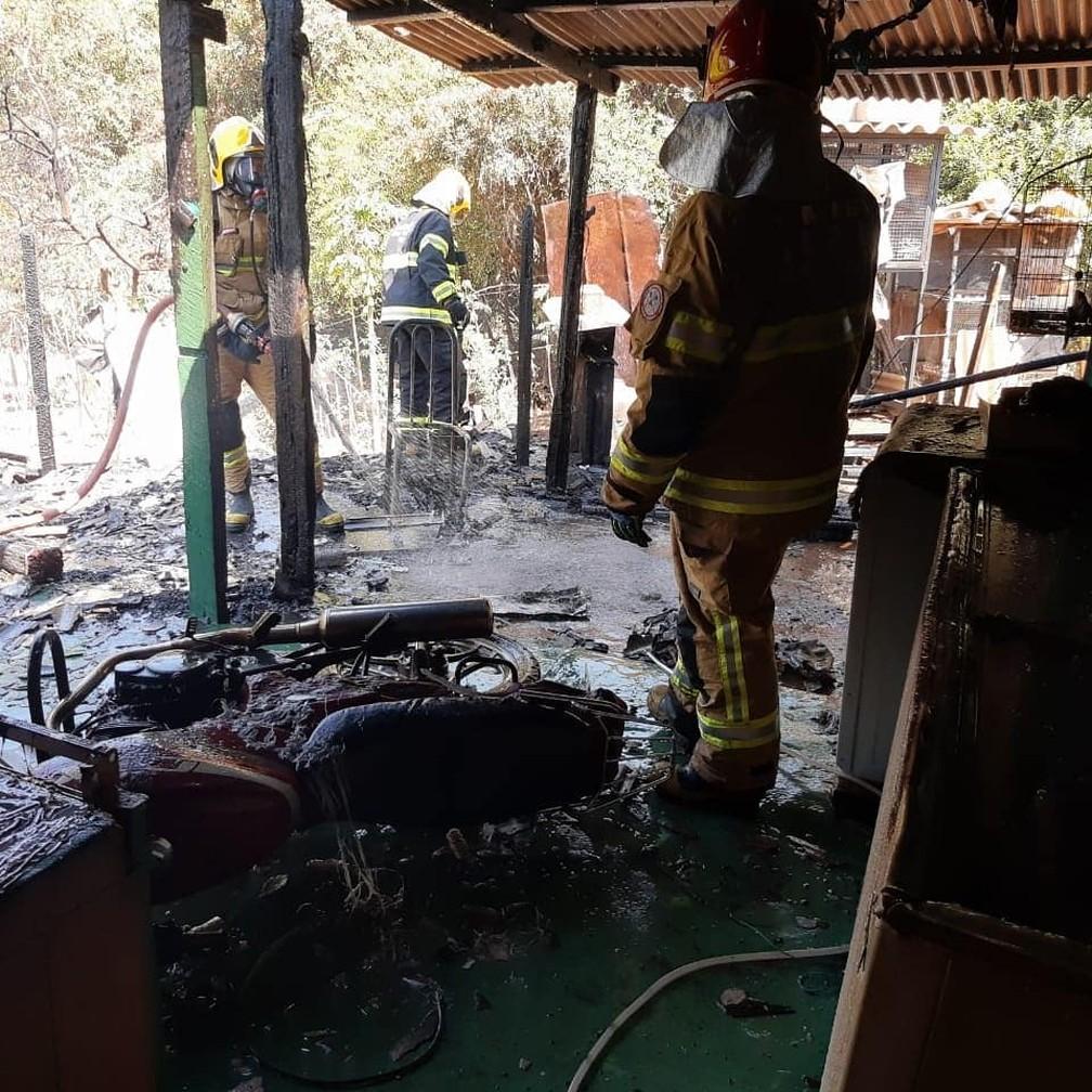 Chamas também atingiram motocicleta localizada na parte externa da casa em Varginha (MG) — Foto: Divulgação/Corpo de Bombeiros