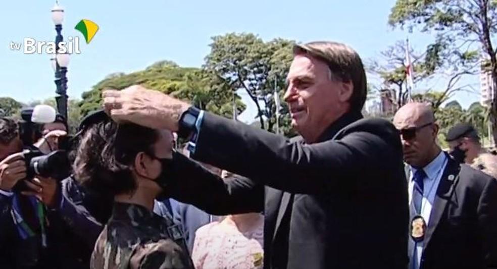 Presidente Bolsonaro entrega boina azul a nova estudante da Escola de Cadetes do Exército, em Campinas — Foto: Reprodução/Youtube/TV Brasil