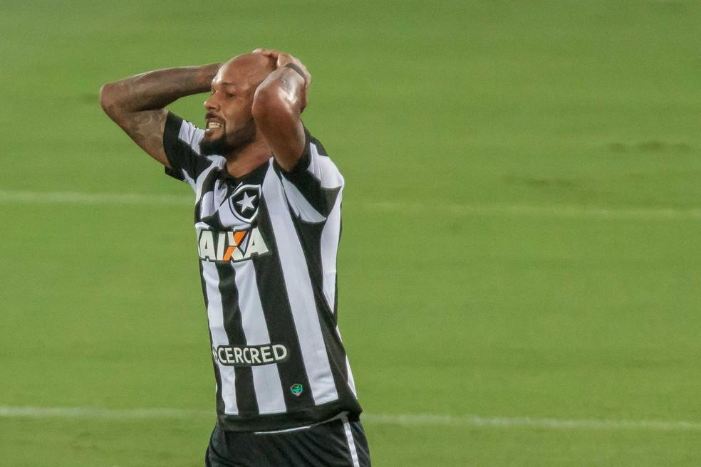 Bruno virou alvo da torcida em derrota para lanterma (Foto: IDE GOMES/FRAMEPHOTO/ESTADÃO CONTEÚDO)