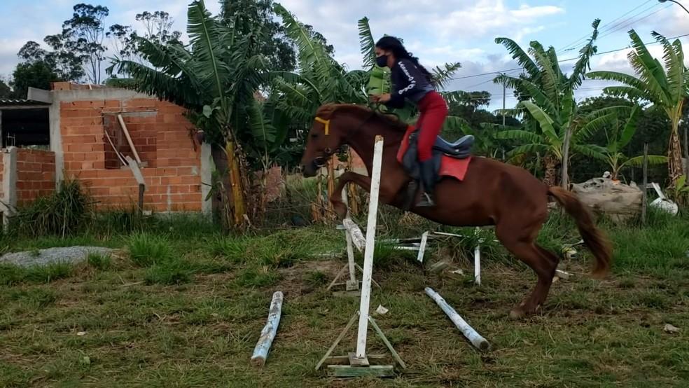 Irmãs de Cabo Frio, RJ, montaram os próprios obstáculos com estacas de madeira — Foto: Isadora Aires