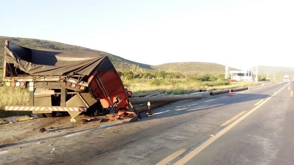 Caminhão envolvido no batida que deixou um morto na Bahia (Foto: Site Bahia 10)