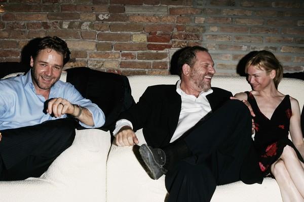 O ator Russell Crowe, o produtor Harvey Weinstein e a atriz Renee Zellweger durante uma festa no Festival de Veneza de 2005 (Foto: Getty Images)
