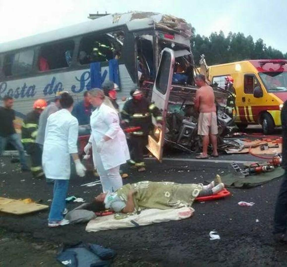Feridos receberam os primeiros socorros ainda na rodovia (Foto: Arquivo pessoal)