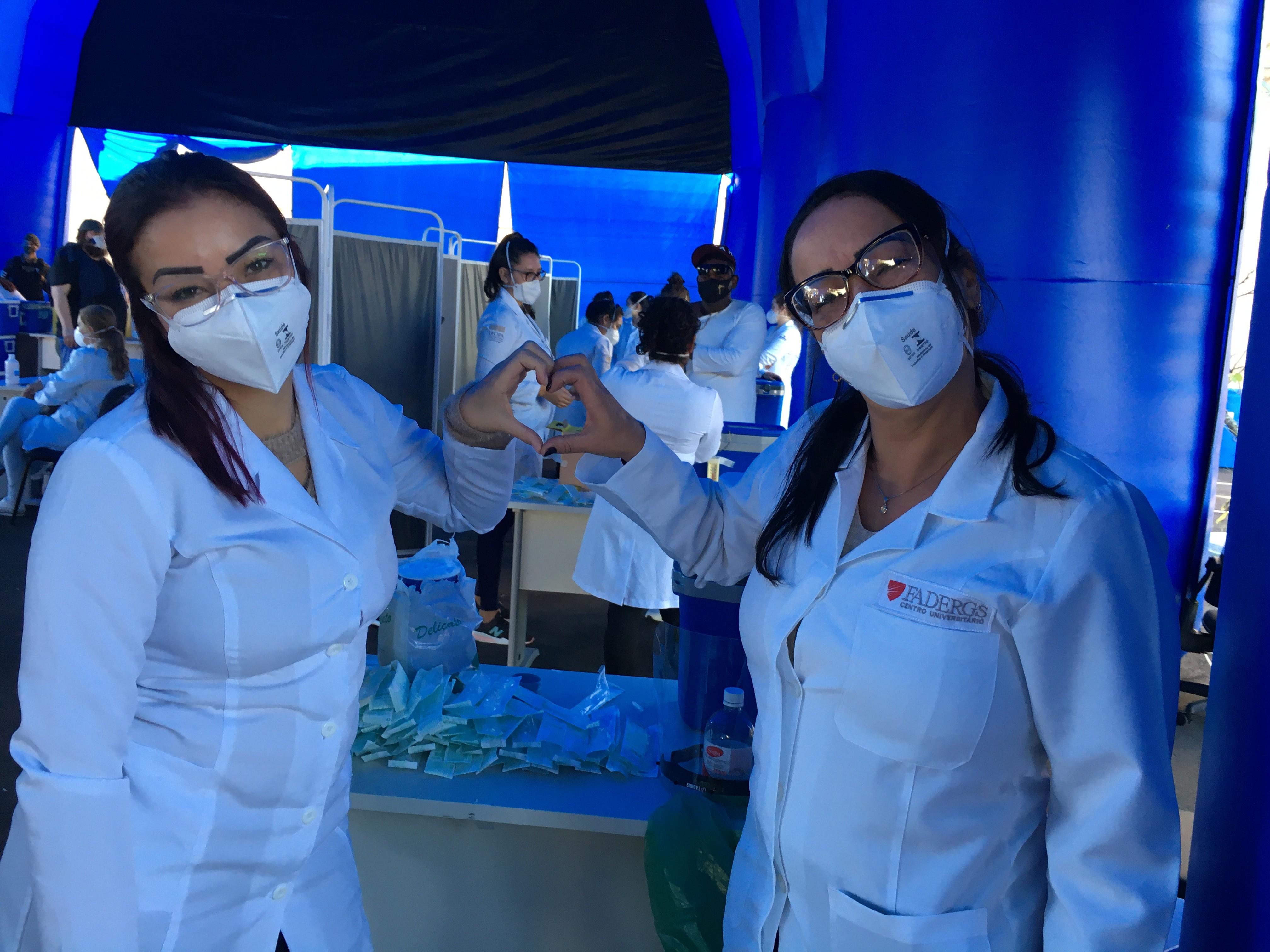 Mãe e filha passam Dia das Mães trabalhando na vacinação contra Covid em Porto Alegre