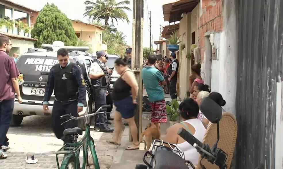 Moradores tentaram entrar no quarto e apagar as chamas, mas o calor era muito forte. (Foto: Valdir Almeida/G1 Ceará)