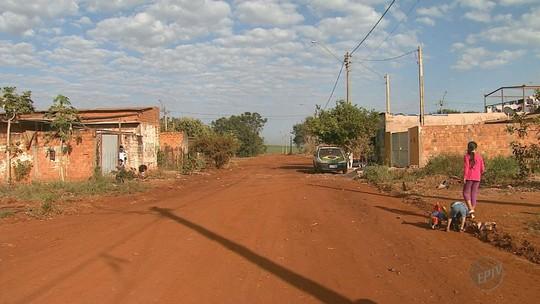Há dez anos, moradores esperam asfalto em rua do bairro Jardim Santa Fé em Jardinópolis, SP