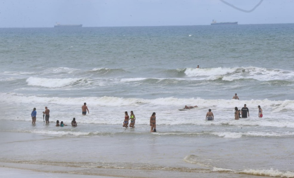 Movimentação intensa de banhista na Praia do Futuro neste domingo (18) em Fortaleza. — Foto: Fabiane de Paula/Sistema Verdes Mares