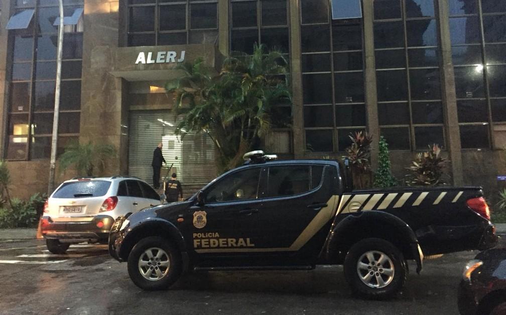 Equipe da PF chega ao prédio anexo da Alerj — Foto: Fernanda Rouvenat/G1