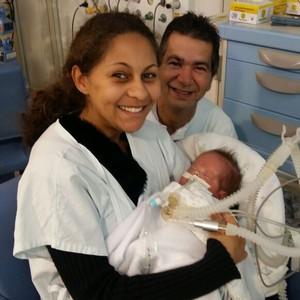 A primeira vez que Priscila pegou Matheus no colo, na UTI (Foto: Arquivo pessoal)