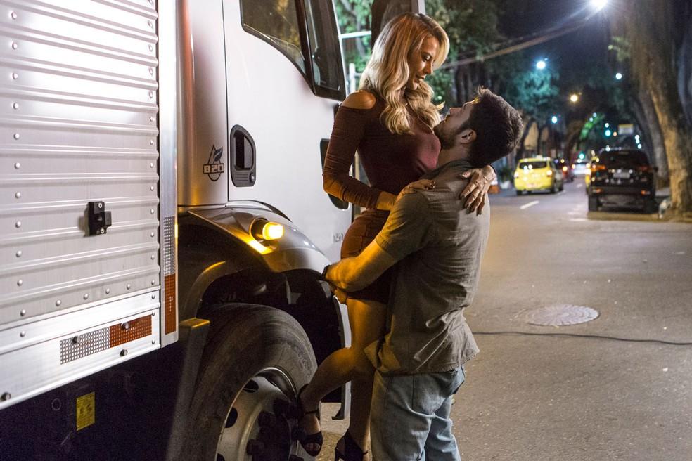 Jeiza (Paolla Oliveira) fica surpresa quando Zeca (Marco Pigossi) a pega no colo e se re recusa a colocá-la no chão — Foto: Fábio Rocha / Gshow