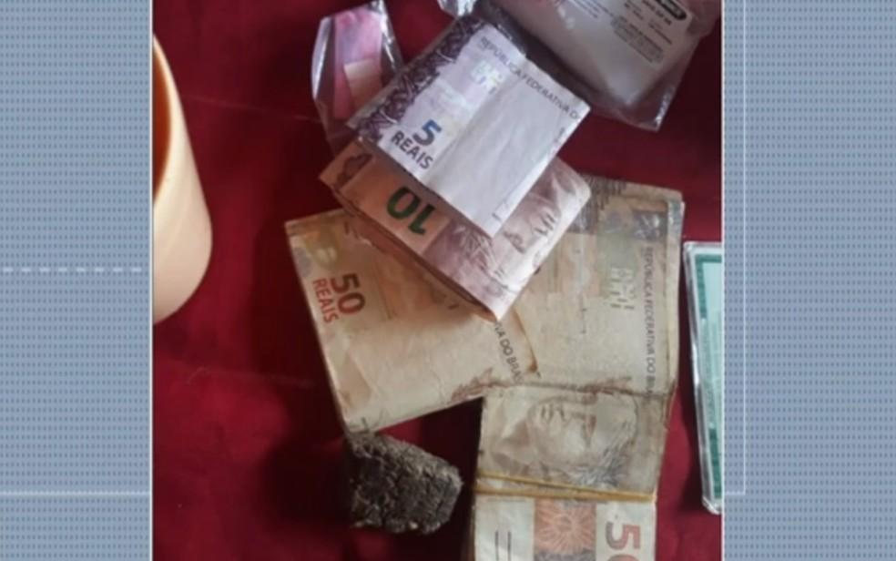 Parte do dinheiro recuperado do assalto que levou R$ 50 mil, em Firminópolis — Foto: Reproduçao/TV Anhanguera