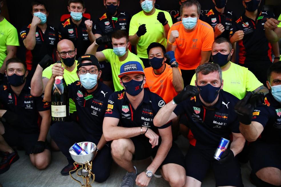 Max Verstappen comemora segundo lugar na Rússia com equipe após corrida — Foto: Mark Thompson/Getty Images