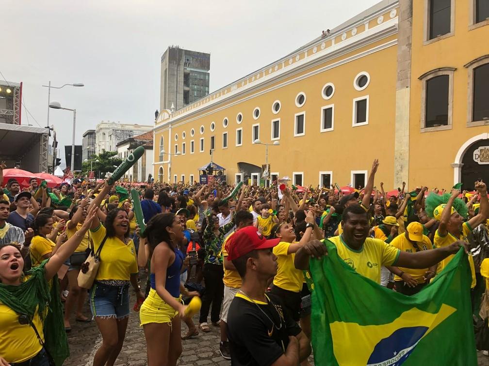 Torcedores comemoram, no Centro do Recife, vitória da Seleção Brasileira sobre a Sérvia (Foto: Marina Meireles/G1)