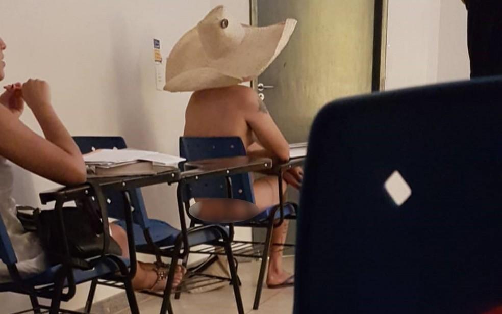 Estudante assiste aula pelado na UFG, em Goiás; professor trata caso como 'brincadeira'  (Foto: Reprodução)
