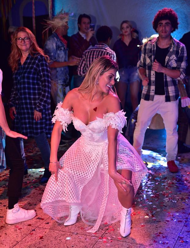Lívia Andrade dança em seu aniversário (Foto: Leo Franco / AgNews)