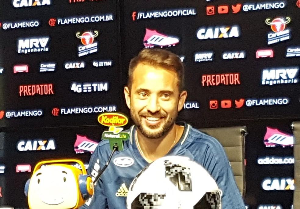 Everton Ribeiro em entrevista coletiva no Flamengo (Foto: Marcelo Baltar)