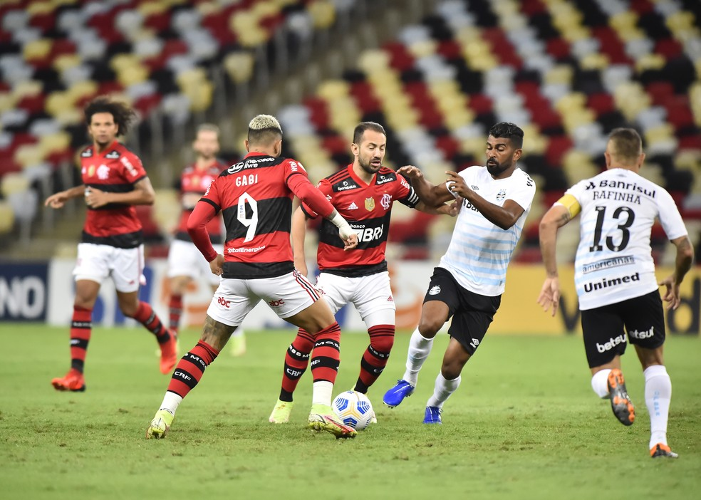 Flamengo foge de sua regra, é inofensivo no ataque e as opções de Renato não funcionam
