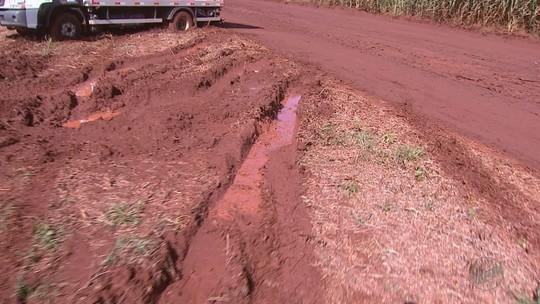 Motoristas reclamam de lamaçal em rota alternativa a rodovia fechada por 'cratera' há 3 meses em São José da Bela Vista, SP