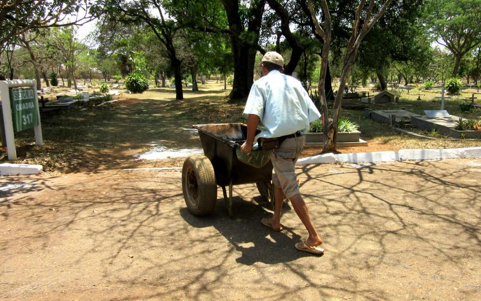 Antônio Vieira, jardineiro autônomo do Campo da Esperança da Asa Sul, em Brasília, durante o trabalho (Foto: Raquel Morais/G1)