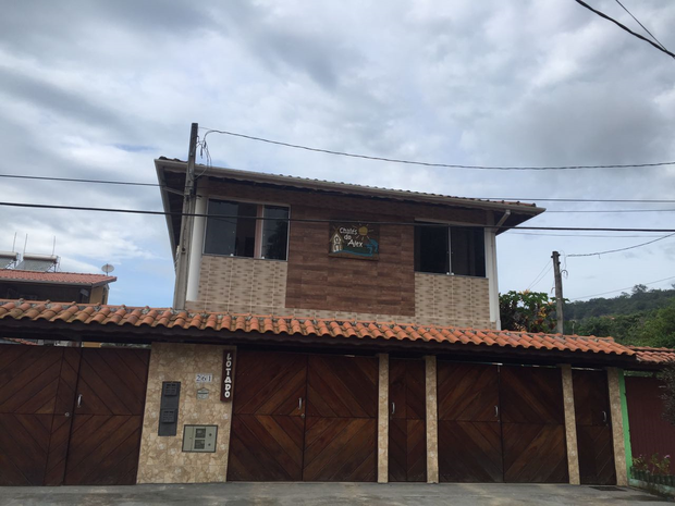Crime aconteceu na frente desta casa no bairro Toninhas, em Ubatuba (Foto: Talita França/TV Vanguarda)