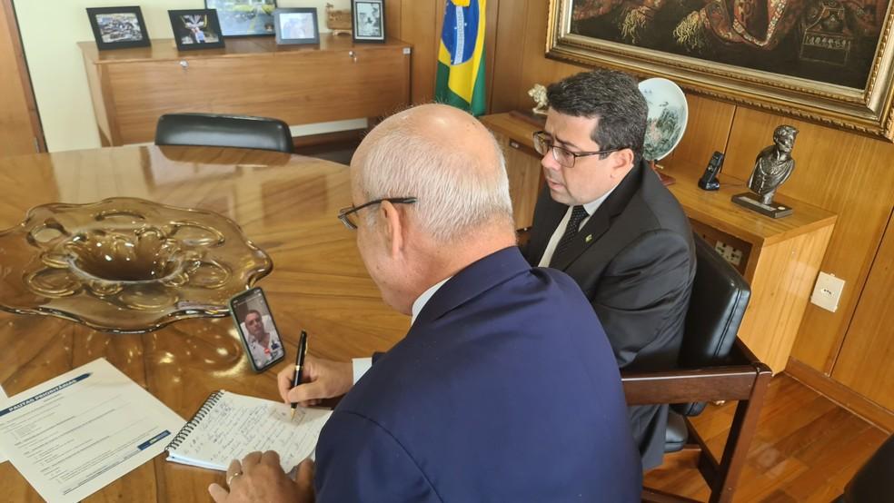 Ministro da Casa-Civil, Luiz Eduardo Ramos, despacha com o presidente Jair Bolsonaro por videoconferência nesta sexta-feira (16).  — Foto: Reprodução/Twitter