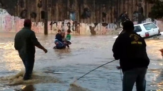 'Vi o desespero e só pensei em ajudar', diz morador que salvou crianças de carro em enchente