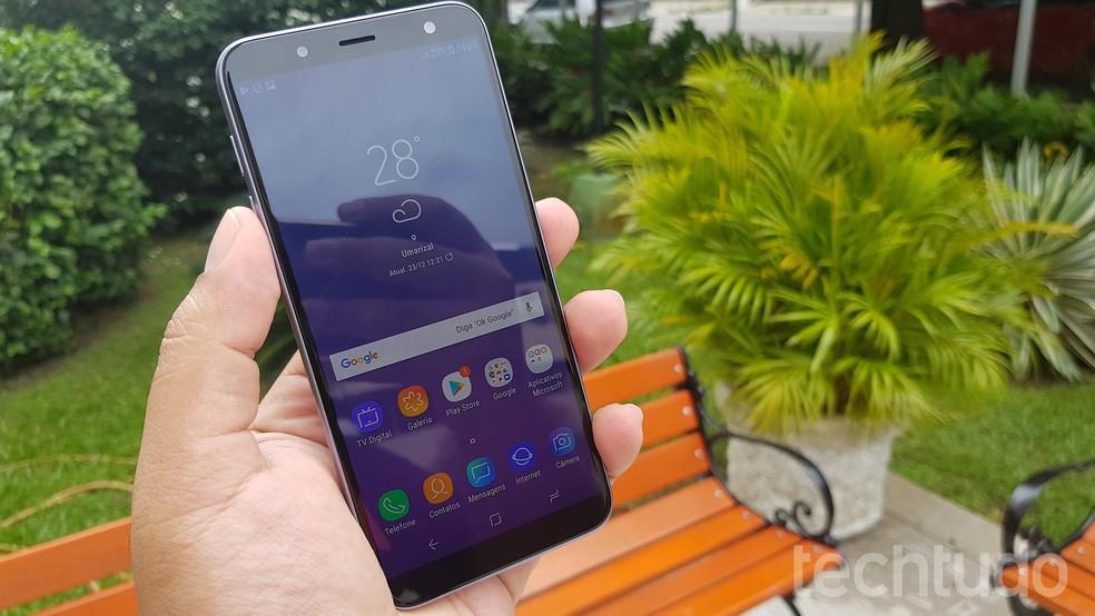 Galaxy J6 foi o celular mais buscado por brasileiros em janeiro de 2019, segundo o Buscapé — Foto: Paulo Alves/TechTudo