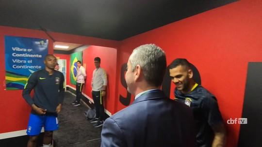 """No vestiário, Daniel Alves puxa corrente e Tite diz: """"Dos seis passos, o primeiro foi dado"""""""
