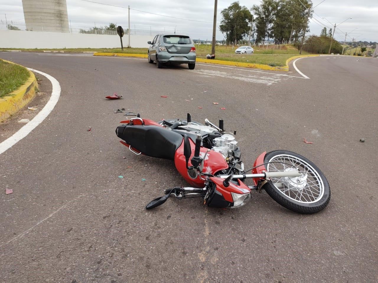 Rapazes ficam feridos após batida entre carro e motocicleta na Rodovia Arthur Boigues Filho