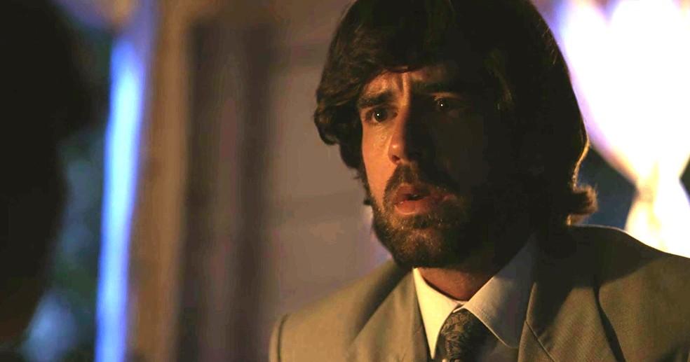 Rômulo não gosta do que escuta e acredita que sua mulher está com problemas (Foto: TV Globo)