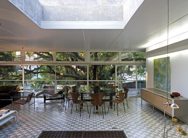 Os ambientes da Casa Gerassi são conectados sem divisórias, valorizando a interação familiar (Foto: Leonardo Finotti Architectural P)
