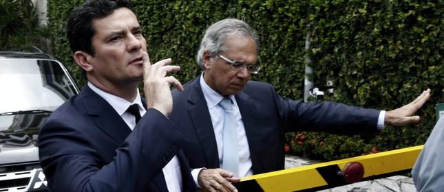 O juiz Sergio Moro, ao lado de Paulo Guedes, na saída da casa do presidente eleito Jair Bolsonaro
