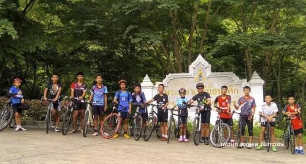 Meninos e técnico que se perderam em caverna na Tailândia, em imagem de arquivo (Foto: Reprodução)