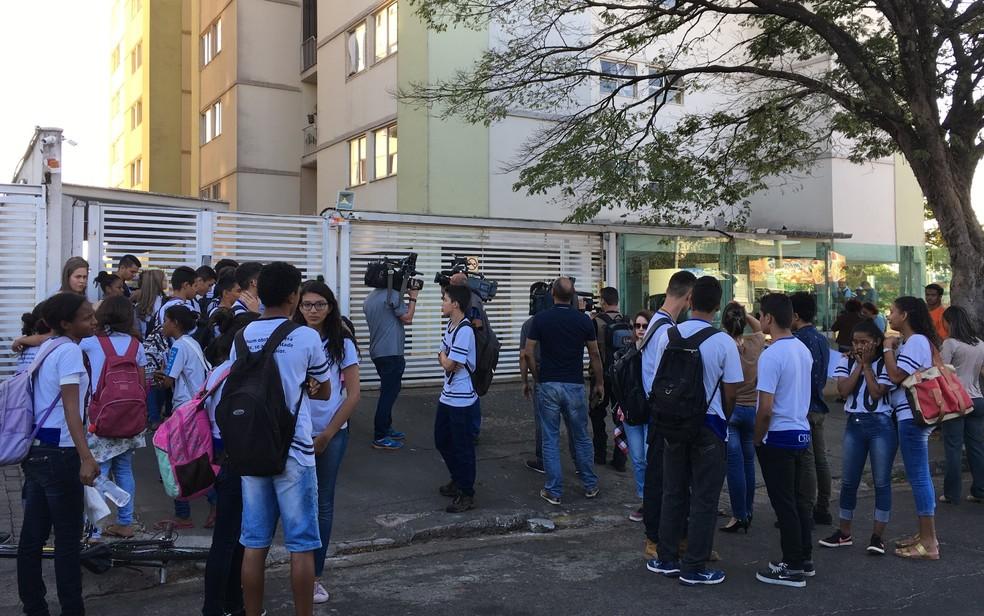 Colegas da vítima vão à porta do prédio para saber notícias da estudante (Foto: Paula Resende/G1)