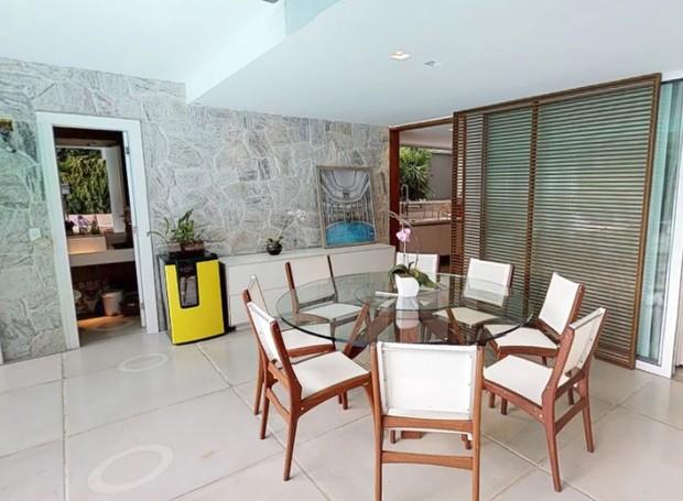 Uma sala aberta integra à área de lazer (Foto: EmCasa/ Reprodução)