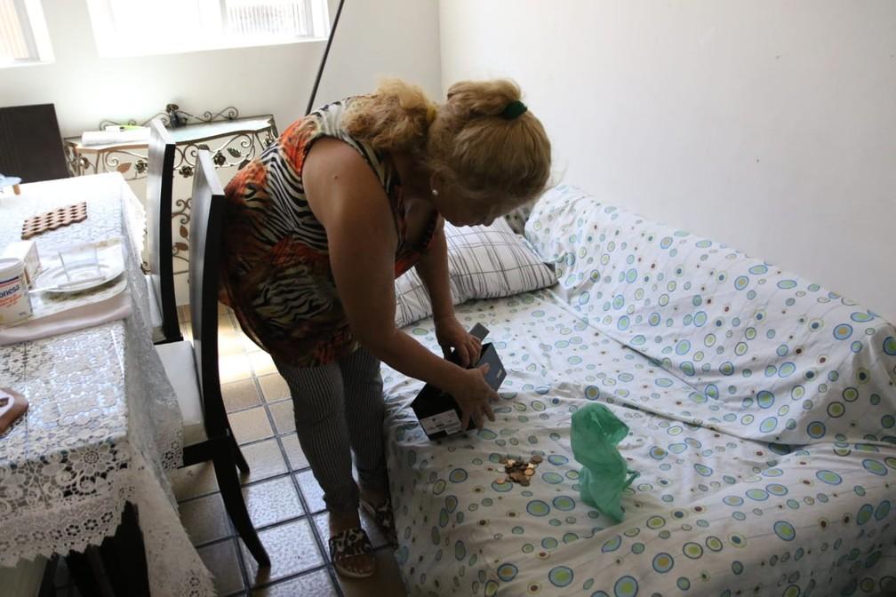 Neide Maria da Silva guarda moedas e reclama de prejuízo financeiro após se mudar do Edifício Holiday — Foto: Marlon Costa/Pernambuco Press