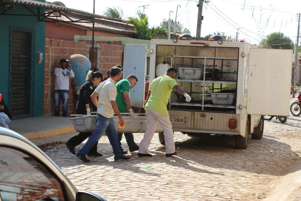 Dois homens foram executados a tiros em Mossoró nesta quinta-feira (28) (Foto: Marcelino Neto)