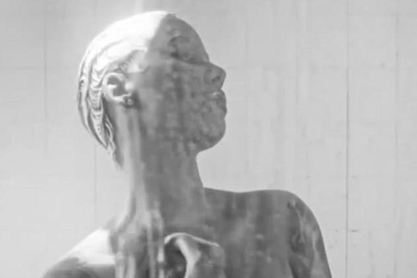 Amber Rose no vídeo que remete ao clássico Psicose (1960) (Foto: Instagram)