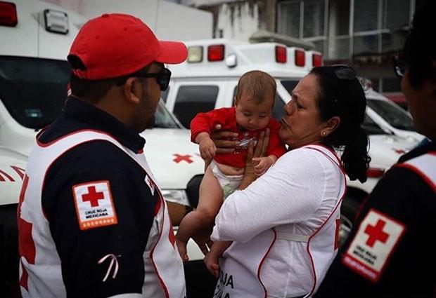 Bebê de 6 meses entregue temporariamente à Cruz Vermelha (Foto: Héctor Alfaro)