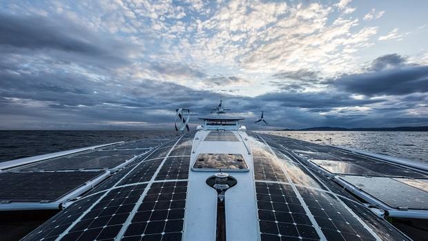 Barco Energy Observer, que fará tour de seis anos usando só energia renovável (Foto: Divulgação/Toyota)