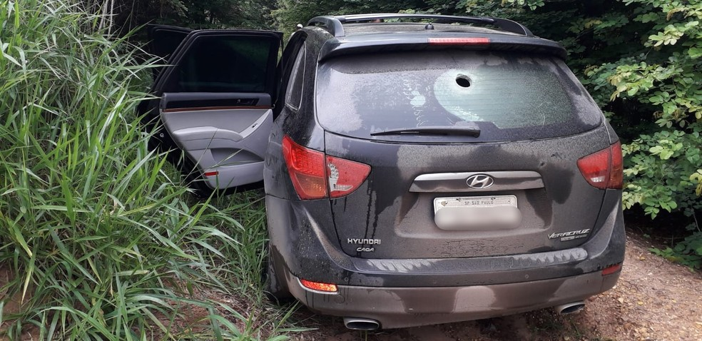 Carro utilizado pelos criminosos foi encontrado abandonado na rodovia Geraldo Pereira de Barros, sentido Piracicaba  — Foto: Arquivo pessoal