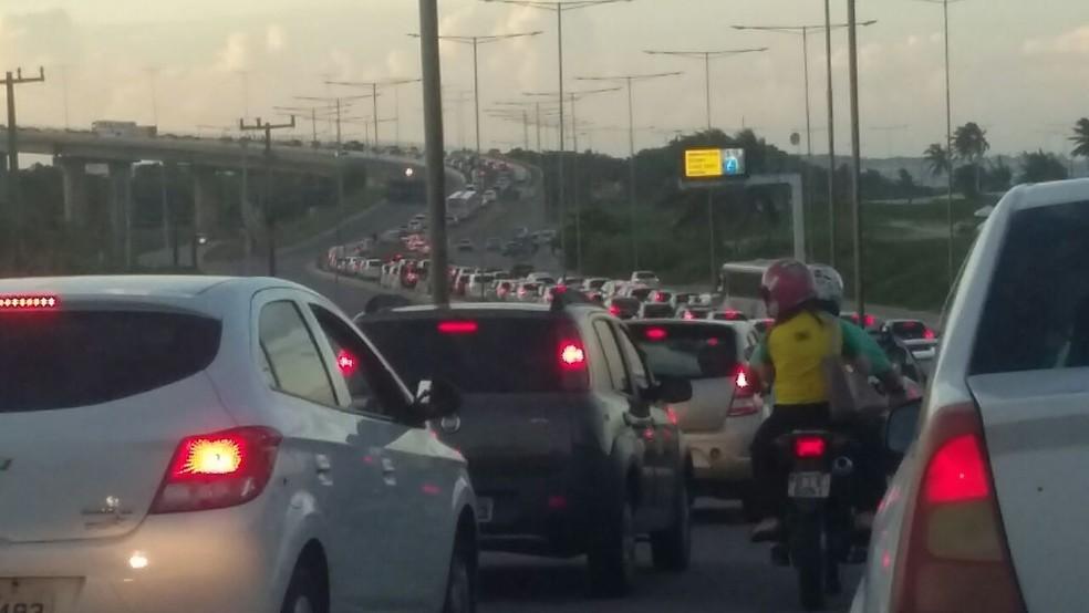 Engarrafamento se formou depois que a Ponte Newton Navarro foi bloqueada pelos manifestantes (Foto: Sérgio Henrique Santos/Inter TV Cabugi)