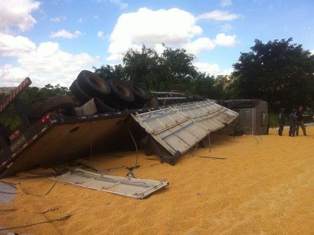 Carreta que transportava milho tombou ao tentar desviar de um dos veículos (Foto: Sávio Scarabelli/G1 )