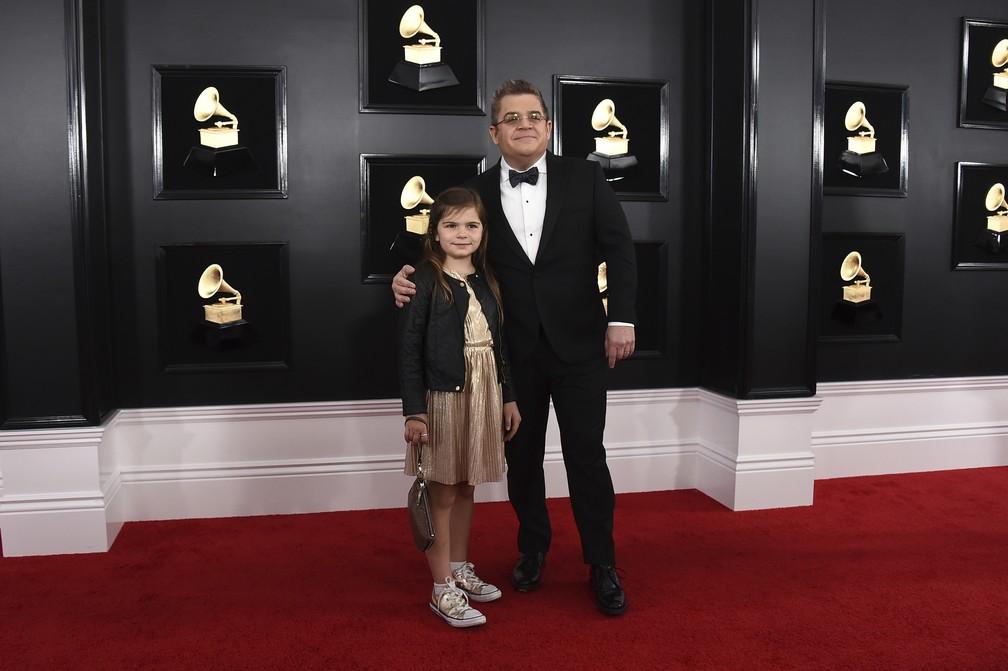 Patton Oswalt e sua filha Alice Oswalt no tapete vermelho do Grammy 2019 — Foto: Jordan Strauss/Invision/AP