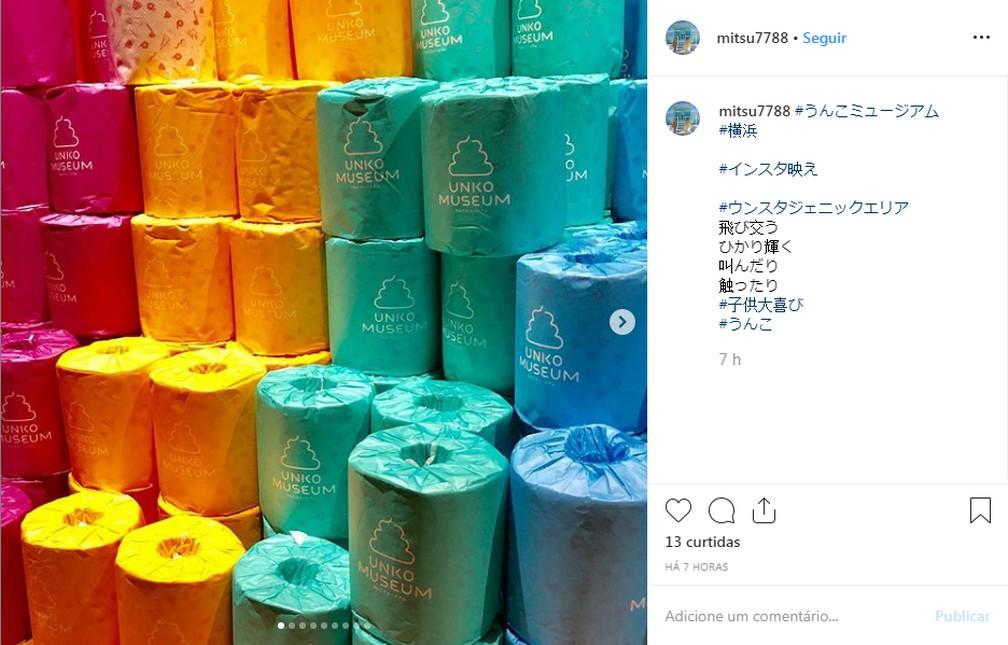 Na loja de souvenirs, é possível comprar papel higiênico colorido. — Foto: Reprodução/Instagram