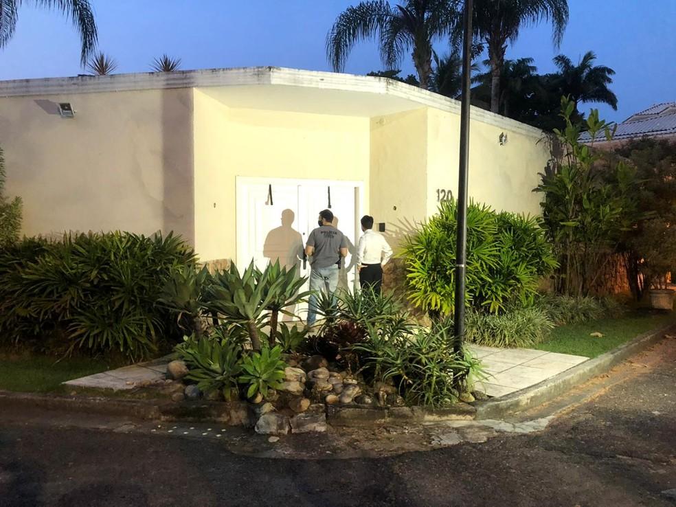 Equipe do MP cumpre mandado de busca na Rua Luís Horta Barbosa, na Barra da Tijuca — Foto: Erick Rianelli/TV Globo