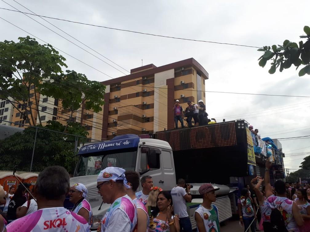 Mesmo com céu nublado, tempo não intimida e trio da BQVV segue nas ruas de Porto Velho.  — Foto: Ana Kézia Gomes/G1