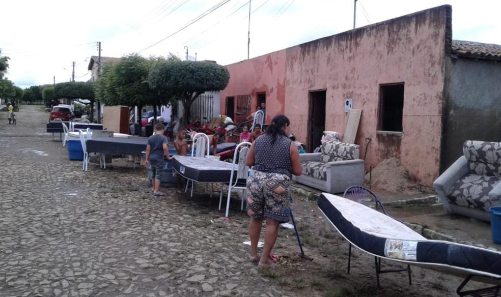 Moradores tentam recuperar algum móvel ou objetos pessoais. Vários pontos da cidade seguem alagados, — Foto: Mateus Ferreira/Sistema Verdes Mares