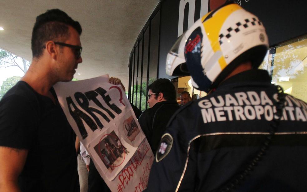 Guarda Civil Metropolitana foi acionada para conter protesto em frente ao MAM (Foto: Werther Santana/Estadão Conteúdo)