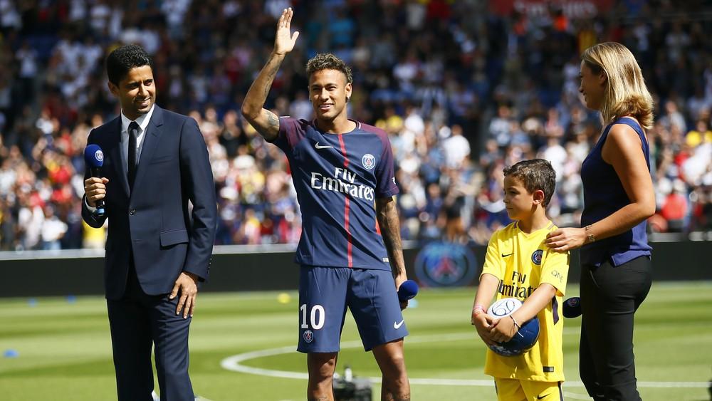 Neymar com Nasser Al-Khelaïfi, presidente do PSG, na apresentação no Parc des Princes